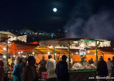 Gran plaza de Marrakech bajo la luna